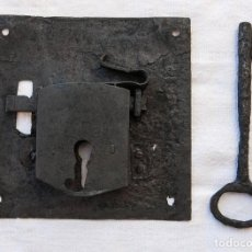 Antigüedades: ESPECTACULAR CERRADURA DE HIERRO FORJADO CON LLAVE Y FUNCIONANDO. S.XVIII. Lote 104672967
