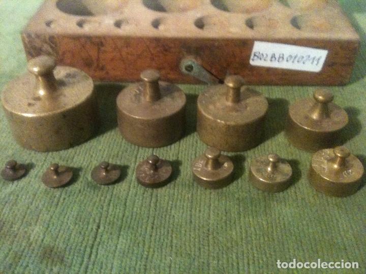 Antigüedades: COMPLETO Y ANTIGUO ESTUCHE CON 11 PESAS DE BRONCE de 1g a 200g (B02) - Foto 3 - 104783943