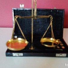 Antigüedades: HERMOSA BALANZA DE PRECISION EN SU ESTUCHE ORIGINAL COMPLETA. Lote 111779111