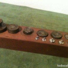 Antigüedades: BONITO JUEGO DE 11 ANTIGUAS PESAS DE HIERRO DESDE 5G A 500G (N03). Lote 104974511