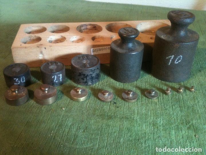 Antigüedades: BONITO Y ANTIGUO JUEGO DE 14 PESAS DE HIERRO Y BRONCE DE 1g a 1kg (Q03) - Foto 3 - 105021315