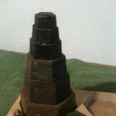Antigüedades: BONITA BANDEJA DE 10 ANTIGUAS PESAS DE HIERRO Y BRONCE DE 10G A 2 KG (T03) . Lote 105040663