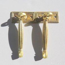 Antigüedades: DOS TIRADORES ANTIGUOS DE BRONCE DORADO. Lote 186033747