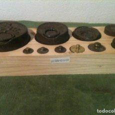 Antigüedades: OFERTON BONITA BANDEJA DE 10 ANTIGUAS PESAS DE HIERRRO Y BRONCE DE 10G A 2KG (V03). Lote 105127259