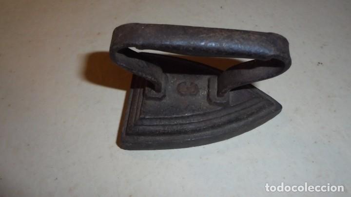 ANTIGUA PLANCHA DE HIERRO DE CARBON MINIATURA Nº 3 - 7,5X5 CM. 6CM. DE ALTURA . ORIGINAL DE EPOCA , (Antigüedades - Técnicas - Planchas Antiguas - Carbón)