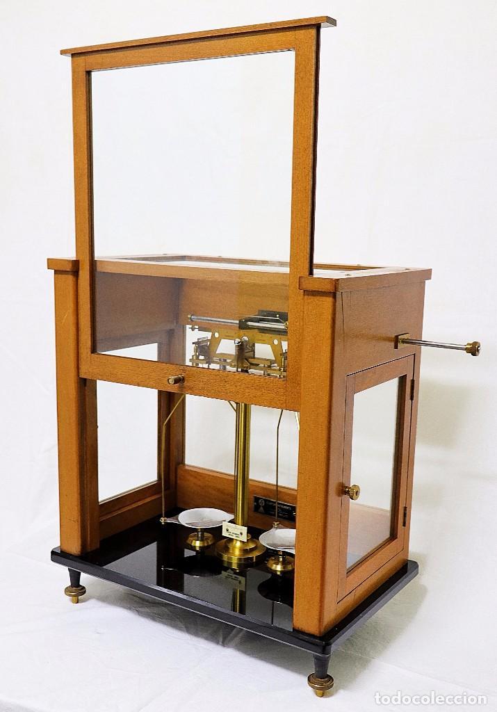 Antigüedades: Antigua balanza de precisión de origen inglés de los años 1940 con sus pesas originales. - Foto 4 - 105567491