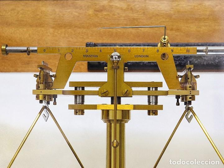 Antigüedades: Antigua balanza de precisión de origen inglés de los años 1940 con sus pesas originales. - Foto 7 - 105567491