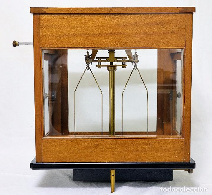 Antigüedades: Antigua balanza de precisión de origen inglés de los años 1940 con sus pesas originales. - Foto 10 - 105567491