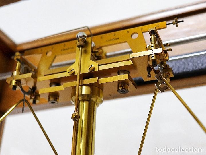Antigüedades: Antigua balanza de precisión de origen inglés de los años 1940 con sus pesas originales. - Foto 11 - 105567491
