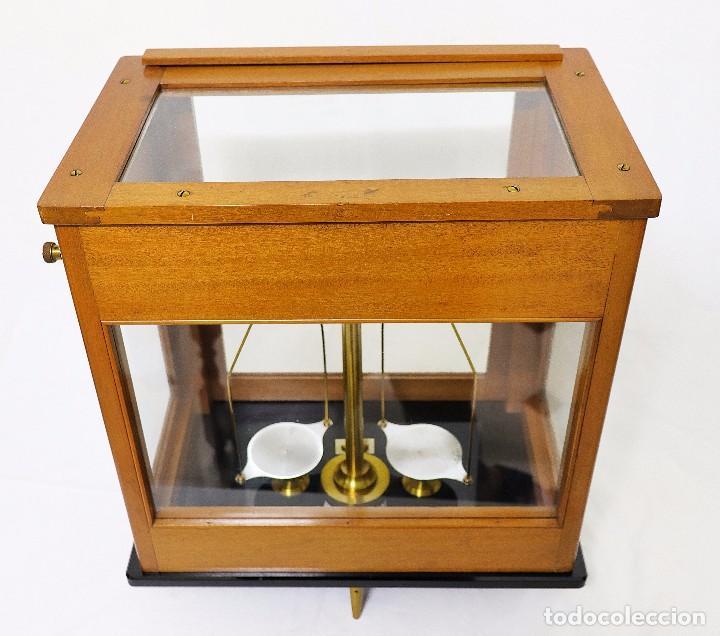 Antigüedades: Antigua balanza de precisión de origen inglés de los años 1940 con sus pesas originales. - Foto 14 - 105567491