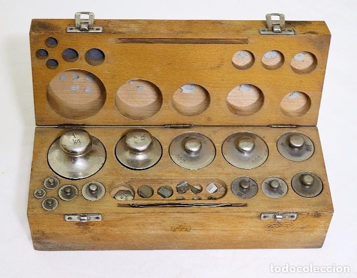 Antigüedades: Antigua balanza de precisión de origen inglés de los años 1940 con sus pesas originales. - Foto 15 - 105567491