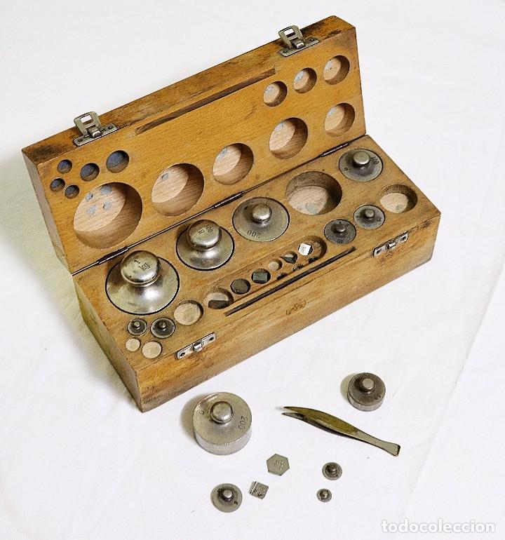 Antigüedades: Antigua balanza de precisión de origen inglés de los años 1940 con sus pesas originales. - Foto 16 - 105567491
