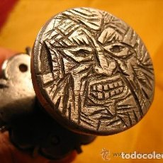 Antigüedades: TIRADOR DISCO CARA GROTESCA CON RONDELA - SIGLO XVI-XVII TALLADO Y CINCELADO -ALT CAMP -TARRAGONA T. Lote 105606487