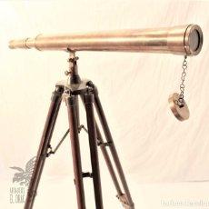 Antigüedades: TELESCOPIO DE LATÓN CON TRÍPODE DE MADERA. Lote 105646471