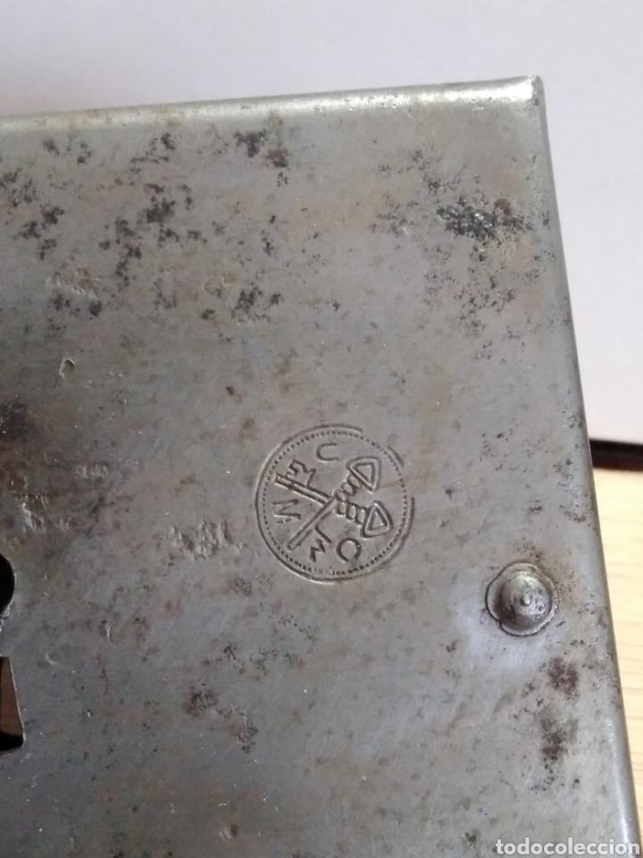 Antigüedades: Antiquísima cerradura para puerta en forja, con llave, marca UMO. En perfecto estado funcionamiento - Foto 2 - 105657862