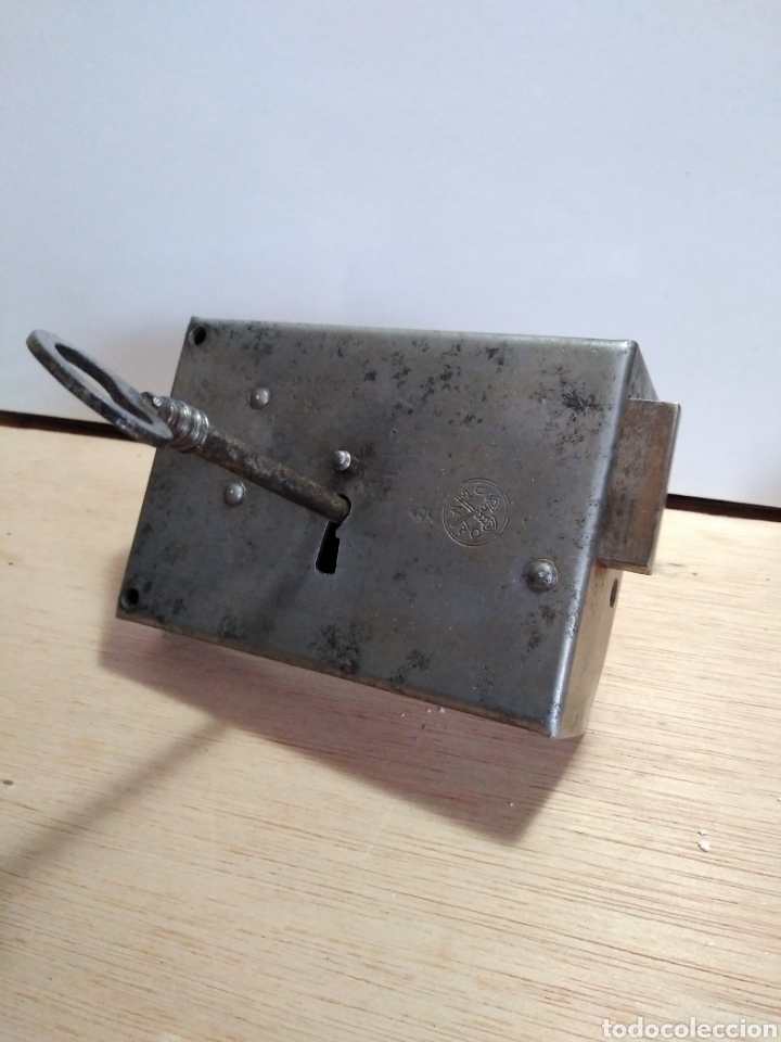 Antigüedades: Antiquísima cerradura para puerta en forja, con llave, marca UMO. En perfecto estado funcionamiento - Foto 3 - 105657862