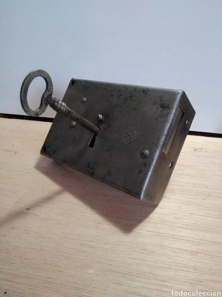 Antigüedades: Antiquísima cerradura para puerta en forja, con llave, marca UMO. En perfecto estado funcionamiento - Foto 4 - 105657862