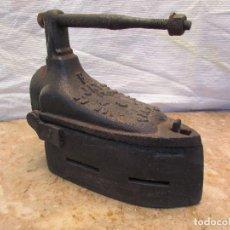 Antigüedades: PLANCHA DE SASTRERÍA DE IGLESIA. HIERRO. FORMA DISTINTA. PESA CASI 5 KGS. FRANCESA. Lote 105790839