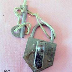 Antigüedades: ANTIGUO CANDADO CURIOSA LLAVE DE PLANCHA METALICA. Lote 105799423