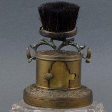 Antigüedades: BROCHA DE AFEITAR DE BRONCE CON FRASCO DE CRISTAL HACIA 1920. Lote 105972731