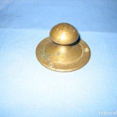 Antigüedades: TIRADOR O LLAMADOR ANTIGUO EN BRONCE. ALTURA 3.5 CM Y DIÁMETRO 6,5 CM. Lote 105993811