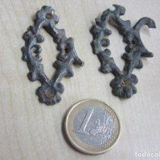 Antigüedades: ADORNOS METÁLICOS ANTIGUOS DE MOBILIARIO DETERIORADOS. Lote 106077431