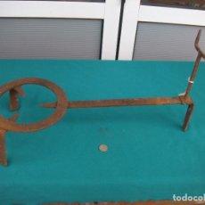 Antigüedades: COCINA. TRÉVEDES CON APOYA-MANGO DE SARTEN. Lote 106111051
