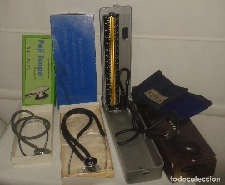 Antigüedades: Lote de antiguo aparato medico tensiometro manometro de mercurio y 2 estetoscopios / fonendoscopios - Foto 2 - 139249613