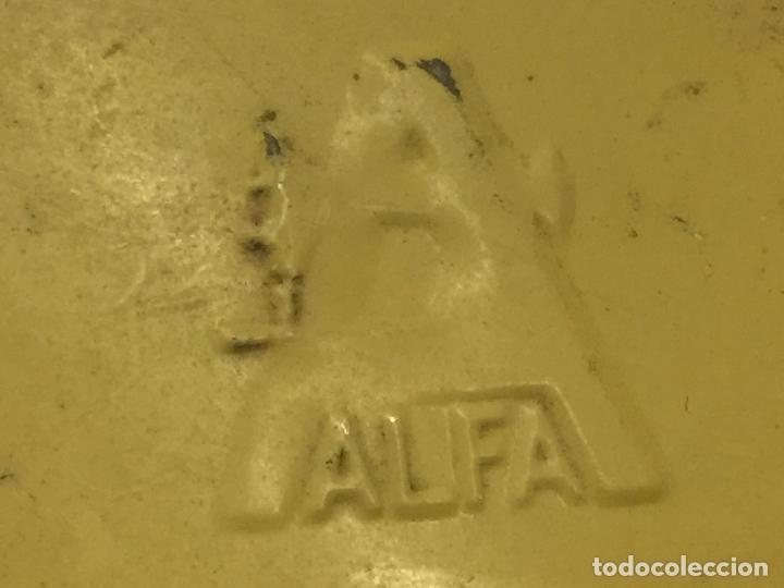 Antigüedades: Cajita original de lata, para maquina de coser ALFA, con el logotipo en relieve en la tapa. - Foto 2 - 106614419