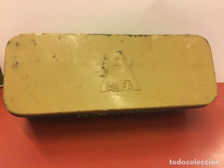 Antigüedades: Cajita original de lata, para maquina de coser ALFA, con el logotipo en relieve en la tapa. - Foto 3 - 106614419