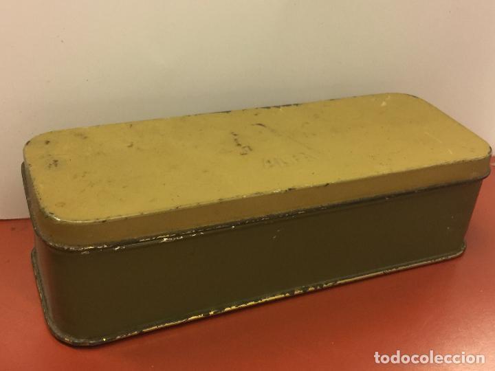 Antigüedades: Cajita original de lata, para maquina de coser ALFA, con el logotipo en relieve en la tapa. - Foto 4 - 106614419