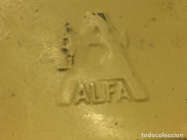 Antigüedades: Cajita original de lata, para maquina de coser ALFA, con el logotipo en relieve en la tapa. - Foto 6 - 106614419