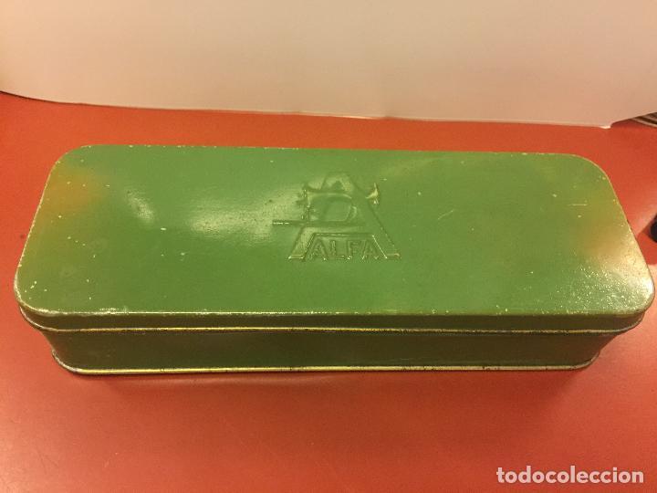 CAJITA ORIGINAL DE LATA, PARA MAQUINA DE COSER ALFA, CON EL LOGOTIPO EN RELIEVE EN LA TAPA. (Antigüedades - Técnicas - Máquinas de Coser Antiguas - Alfa)