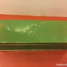 Antigüedades: CAJITA ORIGINAL DE LATA, PARA MAQUINA DE COSER ALFA, CON EL LOGOTIPO EN RELIEVE EN LA TAPA.. Lote 106614555