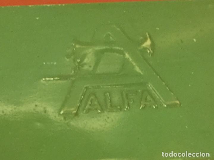 Antigüedades: Cajita original de lata, para maquina de coser ALFA, con el logotipo en relieve en la tapa. - Foto 2 - 106614555