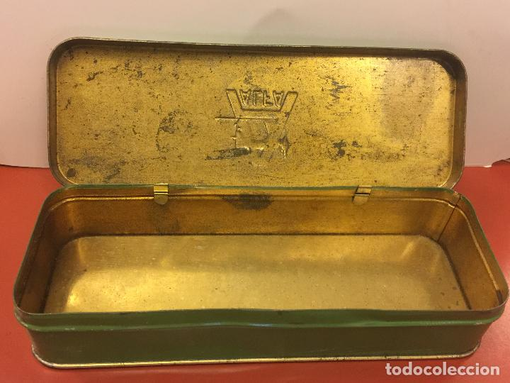 Antigüedades: Cajita original de lata, para maquina de coser ALFA, con el logotipo en relieve en la tapa. - Foto 3 - 106614555
