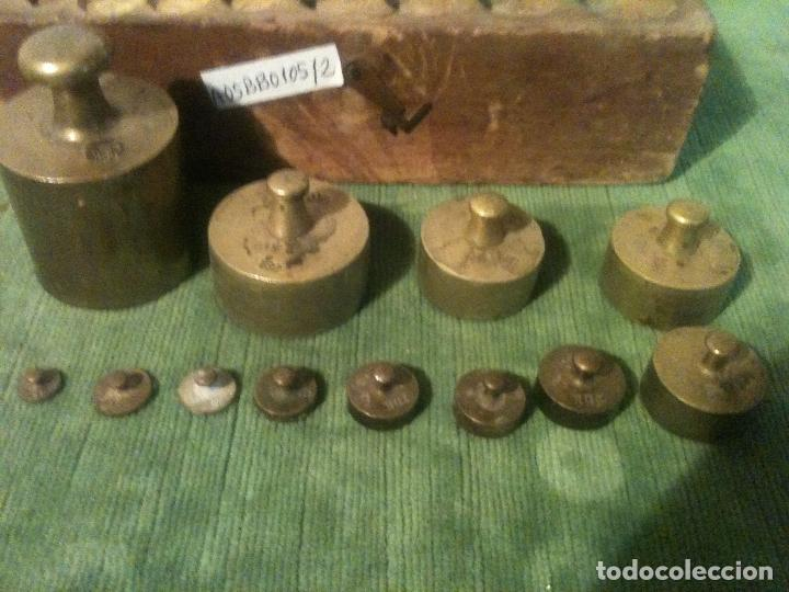 Antigüedades: BONITO ESTUCHE DE 12 ANTIGUAS PESAS DE BRONCE CONTRSTADAS DE 1 G A 50 DK (A05) - Foto 3 - 106572343