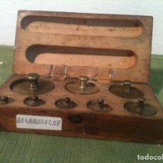 Antigüedades: BONITO ESTUCHE DE ANTIGUAS PESAS DE BRONCE (B04). Lote 106631159