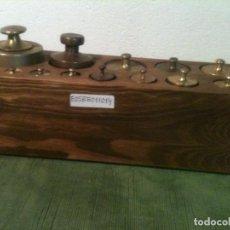 Antigüedades: ESPLENDIDO TACO CON 14 ANTIGUAS PESAS DE BRONCE DESDE 1G A 1KG (E05). Lote 106638883
