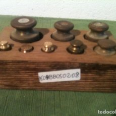 Antigüedades: PEQUEÑO JUEGO DE 8 ANTIGUAS PESAS DE BRONCE CABEZA PLANA DE 5G A 200G (K04). Lote 106721715