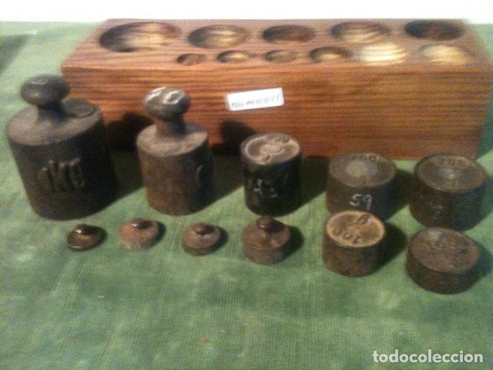 Antigüedades: BONITO TACO CON 11 ANTIGUAS PESAS DE HIERRO DESDE 10G A 1KG (M06) - Foto 3 - 106751339