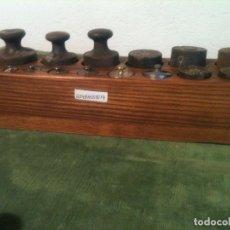 Antigüedades: GRAN TACO CON 14 ANTIGUAS PESAS DE HIERRO Y DE BRONCE DE 5G A 1KG (Q04). Lote 106923611