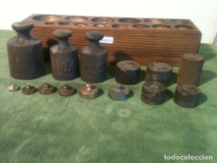 Antigüedades: GRAN TACO CON 14 ANTIGUAS PESAS DE HIERRO Y DE BRONCE DE 5G A 1KG (Q04) - Foto 3 - 106923611