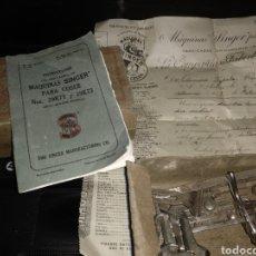 Antigüedades: CAJA DE ACCESORIOS Y CANILLAS FACTURA Y MANUAL SINGER. Lote 107044215