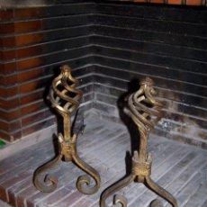 Antigüedades: PAREJA DE MORILLOS EN HIERRO, FRONTAL DORADO. ALTO 36 Y LARGO 42 CENTÍMETROS.. Lote 107090267