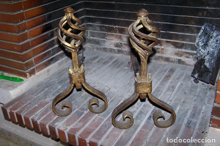 Antigüedades: PAREJA DE MORILLOS EN HIERRO, FRONTAL DORADO. ALTO 36 Y LARGO 42 CENTÍMETROS. - Foto 2 - 107090267