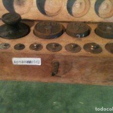Antigüedades: PRESIOSO ESTUCHE DE 12 ANTIGUAS PESAS DE HIERRO Y BRONCE PRINCIPIOS DEL XX (A09). Lote 107263843