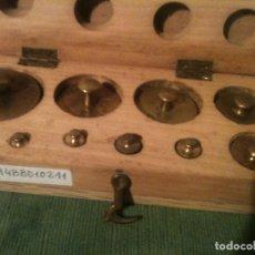 Antigüedades: BONITA CAJA DE 11 ANTIGUAS PESAS DE BRONCE DE 1G A 200G (B14). Lote 107285571