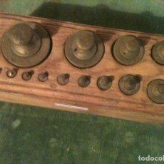 Antigüedades: BONITO JUEGO DE 13 ANTIGUAS PESAS DE BRONCE EN SU TACO ORIGINAL (E08). Lote 107495571