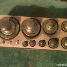 Antigüedades: FANTASTICO JUEGO DE 13 ANTIGUASPESAS EN SU TACO ORIGINAL DE 1G A 1KG (E11). Lote 107498855